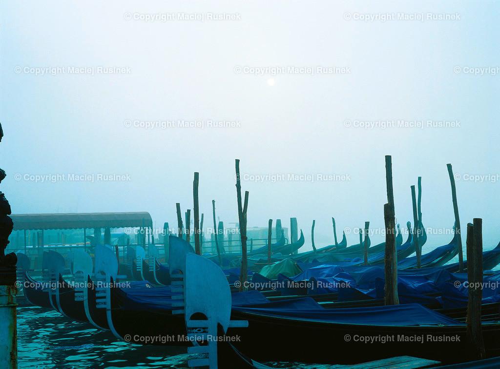 Venedig_11 | Venedig im Nebel, Gondel auf Canal Grande, Aufnahme auf konventionellen Dia Film Material von Fuji Velvia Prof im Jahr 1992, früh morgens, mit Mittelformat Kamera 4,5x6 cm, hochauflösend gescannt,