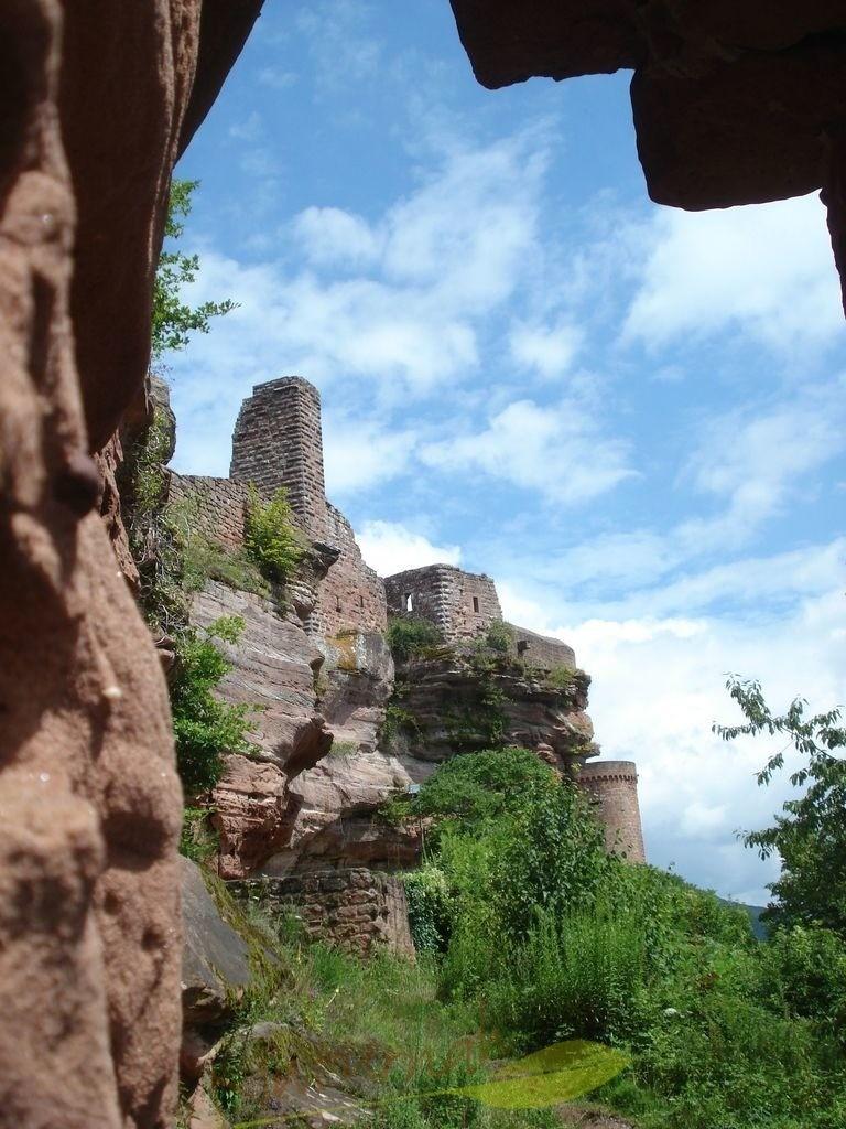Burgblick | Burg Altdahn aus einem besonderen Blickwinkel mit zauberhaftem Himmel.