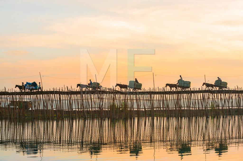 Bambusbruecke | Bauern transportieren Tabak zum Markt