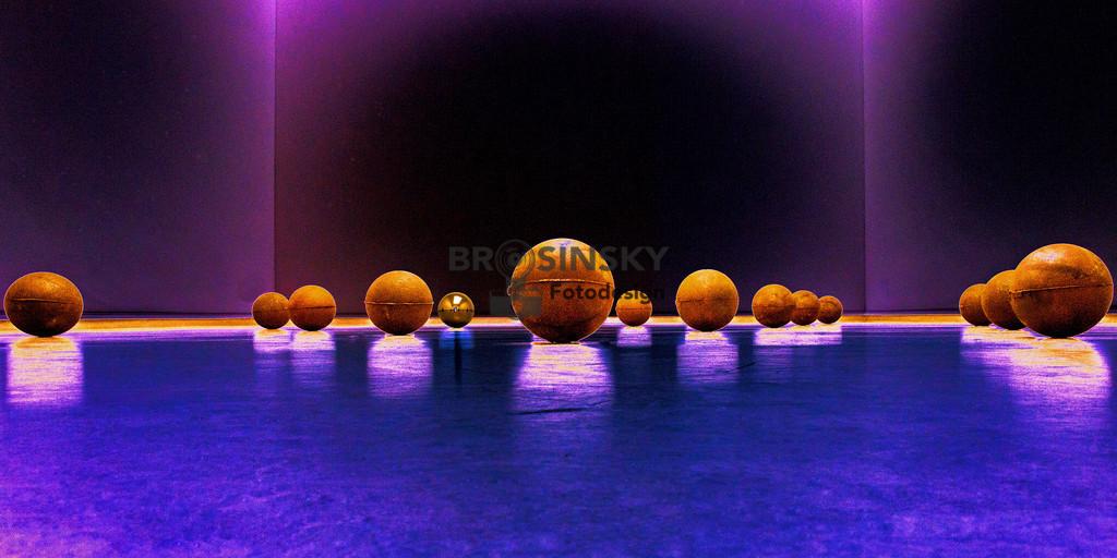 golden ball   Gesamtauflage // Total edition: 10 Vekauft // Sold: 1 Format 1x2 Fotografie Perspektivisch angeordnete Kugeln auf dem Boden in warmem blau- violettem Licht und gleißend weißem
