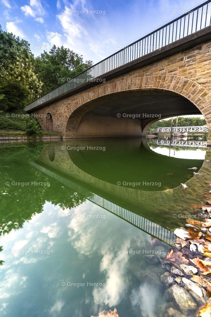 Goldene Brücke | Spiegelung Goldene Brücke an der Aa. Aus der Reihe Münster erwacht