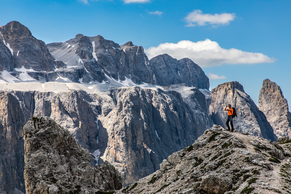 JT-180709-068 | Bergwanderin im Naturpark Puez-Geisler, Südtirol, Trentino, Italien,