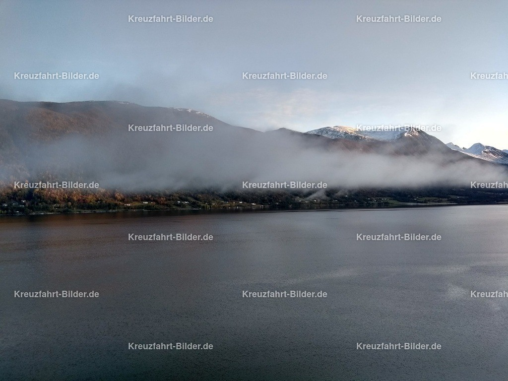 Tiefe Wolken vor Andalsnes | Der Fjord vor Andalsnes am Morgen