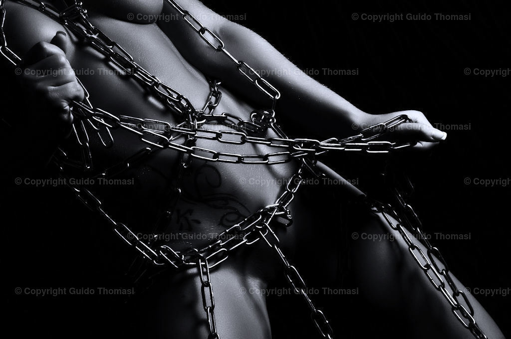 Bondage Bild in Schwarzweiß und in Ketten