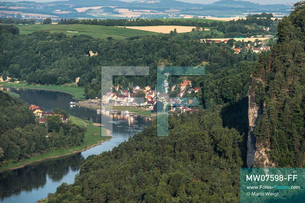 MW07598-FF | Deutschland | Sachsen | Sächsische Schweiz | Die Elbe schlängelt sich durch das grüne Tal des Elbsandsteingebirges. Malerischer Blick auf die Kleinstadt Wehlen und einige Häuser von Pötzscha (links).   ** Feindaten bitte anfragen bei Mario Weigt Photography, info@asia-stories.com **