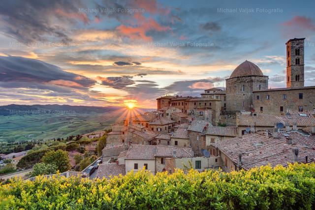 Volterra | Blick über die Dächter Volterras in der Toskana bei Sonnenuntergang.