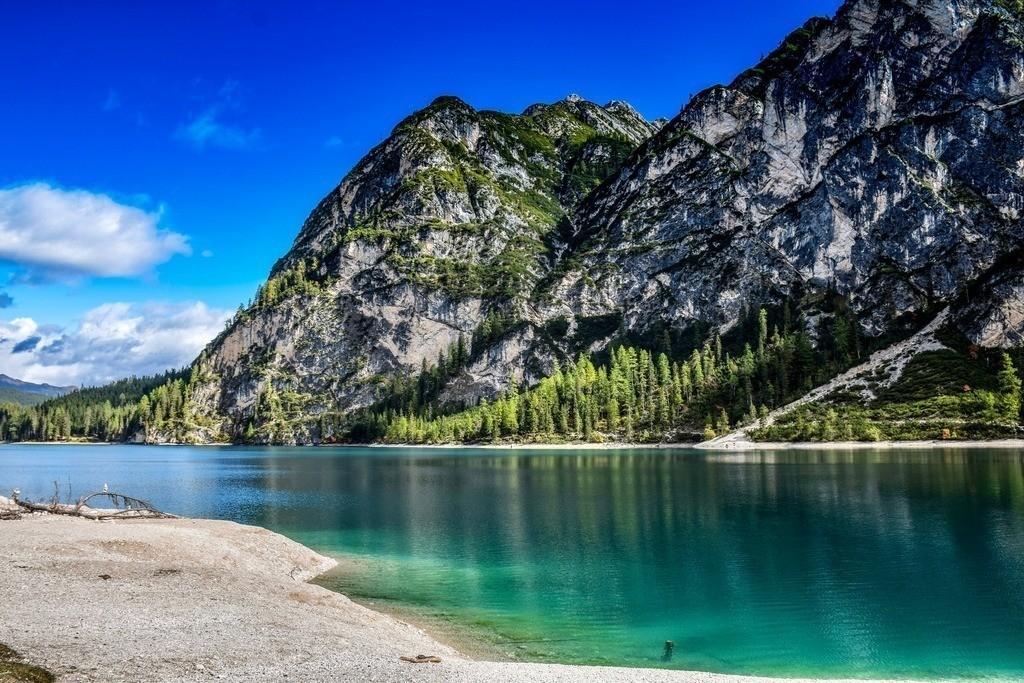 Lago di Braies - Dolomiten | Blick auf den wunderschönen Pragser Wildsee mit Bergpanorama