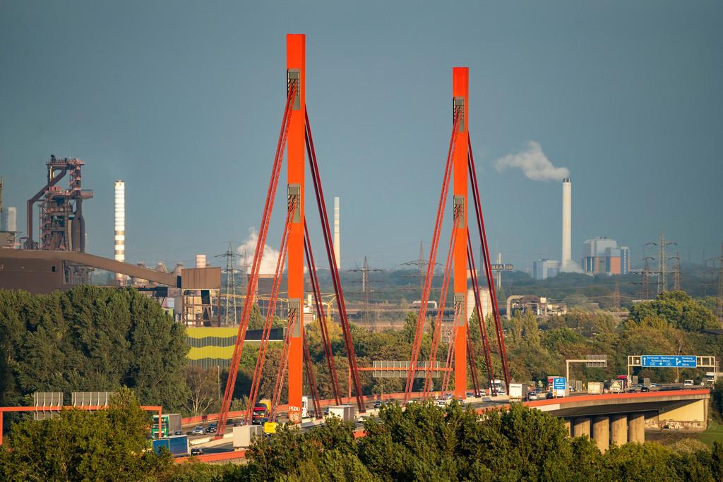 JT-201008 | Autobahnbrücke der A42 über den Rhein bei Duisburg Beeckerwerth, Thyssenkrupp Steel Stahlwerk, Hochöfen, Duisburg, NRW, Deutschland