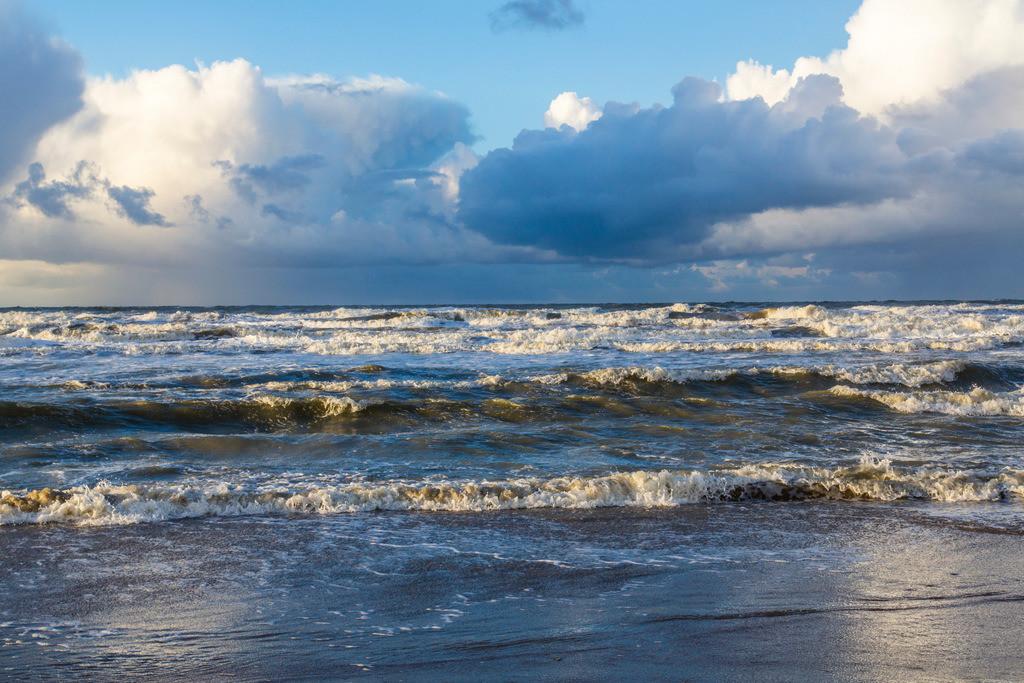 JT-131130-007   Nordseestrand, aufgewühlte See, Wolkenberge, bei einem Herbststurm