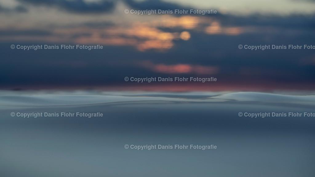 Kleine Welle | Eine Detailansicht einer kleinen Welle während des Sonnenuntergangs.