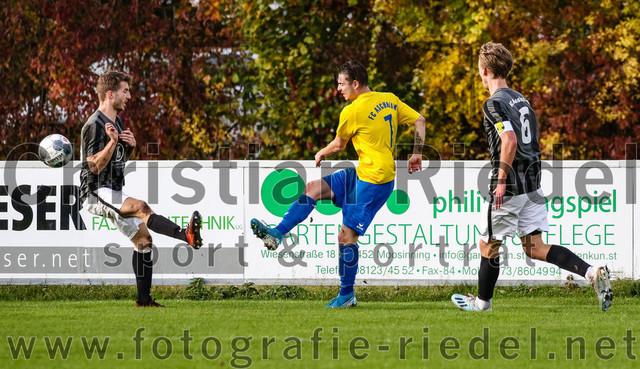 2020-10-24_043_FC_Moosinning_gegen_FC_Aschheim | Moosinning, Deutschland, 24.10.2020: Fußball, Bezirksliga Nord Ligapokal 2020 / 2021, 2. Spieltag, FC Moosinning gegen FC Aschheim, Endergebnis: 1:0  Maximilian Lechner (FC Moosinning, #11), Daniel Behr (FC Aschheim, #7), Bastian Lanzinger (FC Moosinning, #6)  Foto: Christian Riedel / fotografie-riedel.net
