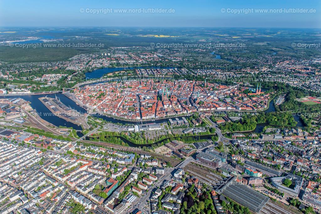 Lübeck Altstadt_ELS_3621070518 | Lübeck - Aufnahmedatum: 07.05.2018, Aufnahmehöhe: 546 m, Koordinaten: N53°52.225' - E10°39.610', Bildgröße: 7958 x  5305 Pixel - Copyright 2018 by Martin Elsen, Kontakt: Tel.: +49 157 74581206, E-Mail: info@schoenes-foto.de  Schlagwörter:Schleswig-Holstein,Luftbild, Luftbilder, Deutschland