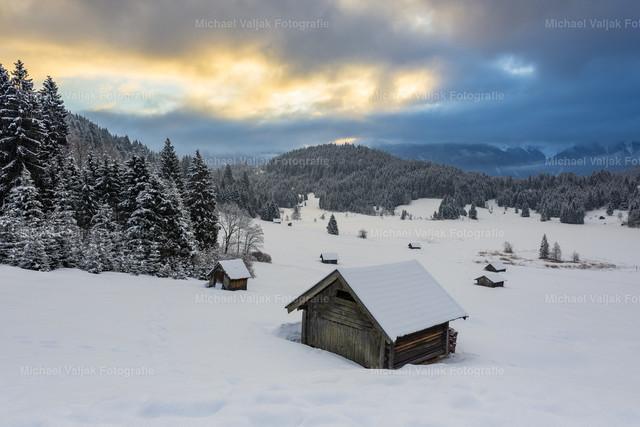 Wintermorgen am Geroldsee | Es war ziemlich bedeckt an diesem Morgen, nur für einen kurzen Moment schaffte es die Sonne, ein bisschen Farbe an den sonst grauen Himmel zu zaubern. Das Karwendelgebirge versteckte sich hinter den dicken Wolken.