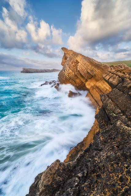 Meer vs. Land | Die kantabrische Küste ist der Traum jedes Landschaftsfotografen. Bizarre Felsformationen trotzen dem wilden Ozean, auch wenn die Küste schon Opfer bringen musste. Die markante Felsnadel Aguja de las Gaviotas konnte 2017 einem Sturm nicht mehr länger Stand halten und stürzte ins Meer.