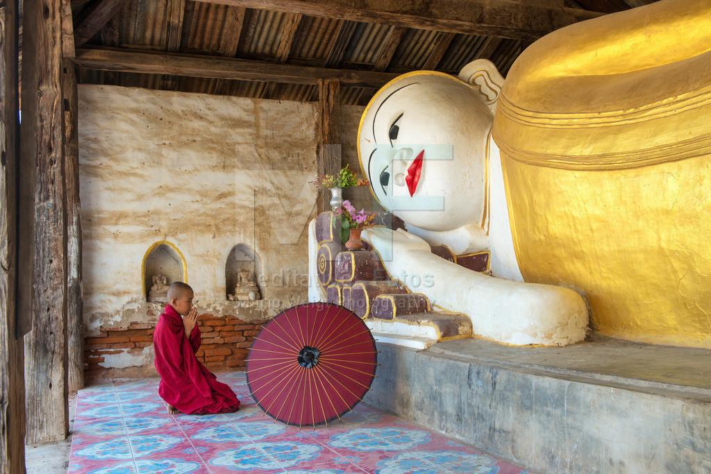 MW0119-6184 | Fotoserie DER ROTE SCHIRM | Betender Mönch vor einem liegenden Buddha