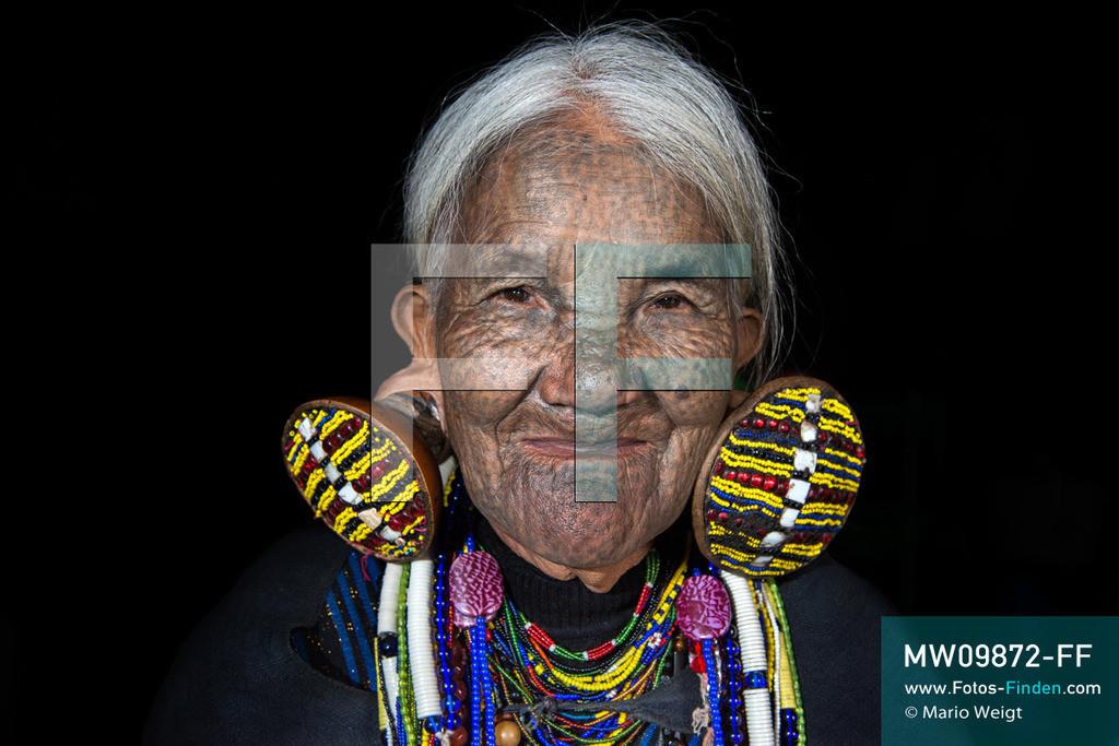 MW09872-FF   Myanmar   Mindat   Reportage: Mindat im Chin State   Frau Yaw Thang (Yaw Shen) spielt in ihrer Freizeit Nasenflöte. Charakteristisch für die Frauen vom Bergvolk der Kaang Chin ist das tätowierte Gesicht mit Punkten sowie die großen Ohrringe.    ** Feindaten bitte anfragen bei Mario Weigt Photography, info@asia-stories.com **