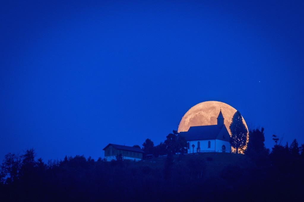 Hörnleberg-Mond   Mondaufgang hinter der Wallfahrtskirche auf dem Hörnleberg im Elztal