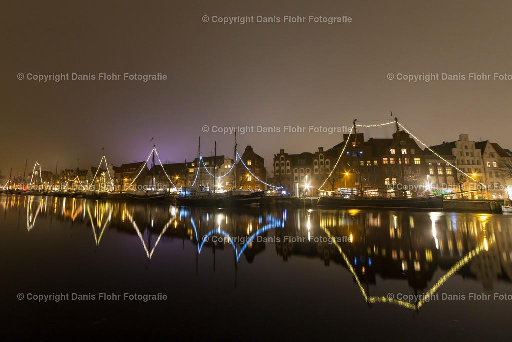 Lichterparade Museumshafen | Die Lichter der Museumshafen Schiffe leuchten in der Nacht und reflektieren sich in der Trave