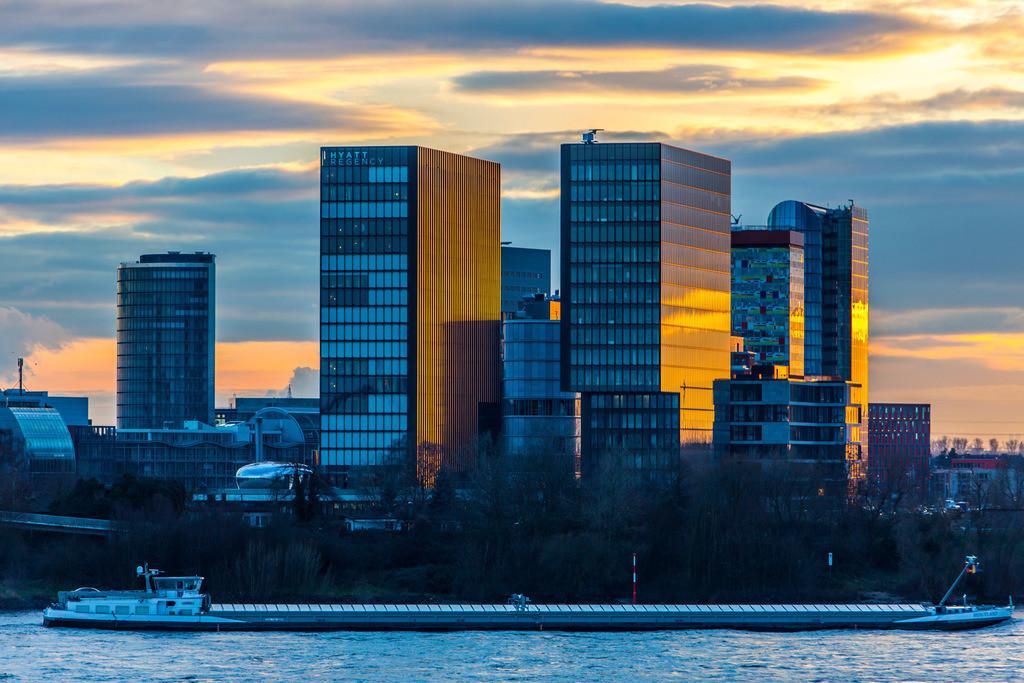 JT-160109-027 | Rhein bei Düsseldorf, Skyline des Medienhafen