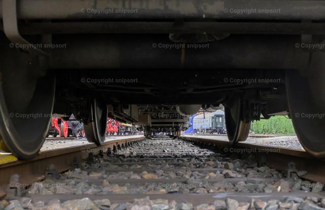 Unter dem Zug | Sicht von Gleisen aus unter einem Zugwaggon
