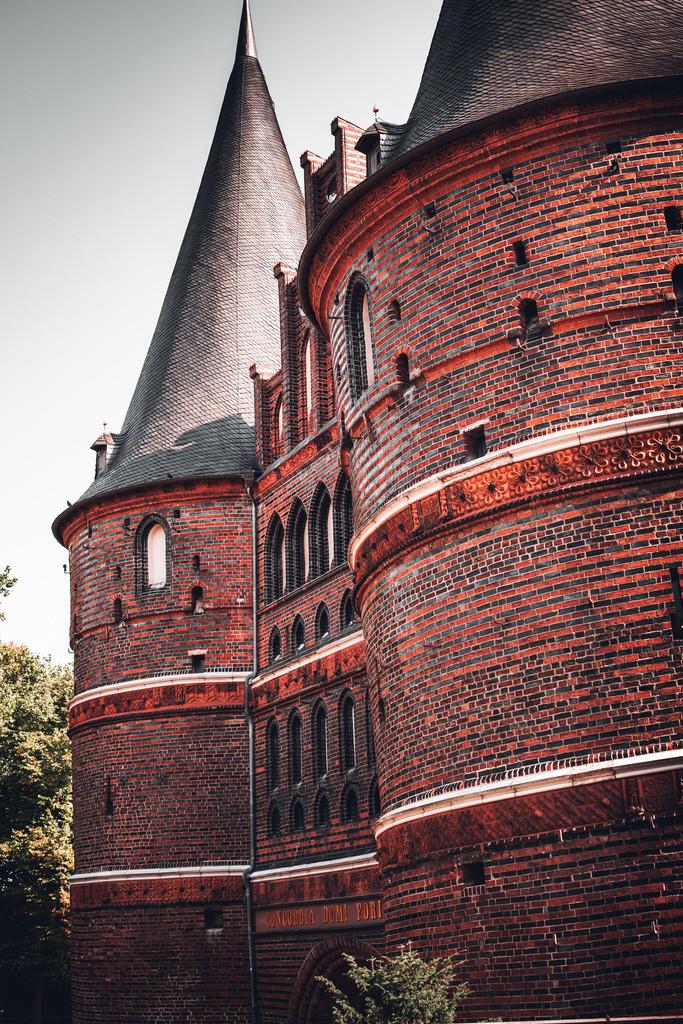 Holstentor Lübeck | Dieses Bild zeigt das bekannte Lübecker Wahrzeichen einmal aus einer besonderen Perspektive. Hierbei kommt der mächtige Backsteinbau besonders schön zur Geltung.