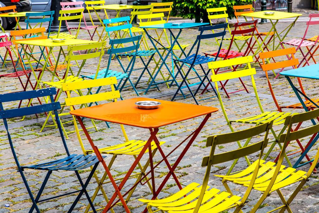 JT-160519-111 | Bunte Tische und Stühle, leer, auf einem Platz in Brüssel,