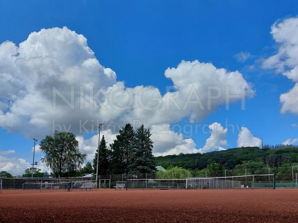 Tennisplatz   Tennisplatz unter dem Wolkenhimmel.