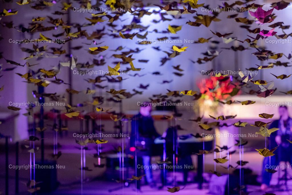DSC_7796 | Bensheim, Kirche Sankt Georg, Abschlusskonzert unter der Friedenstauben-Installation mit dem Duo Bollwerk , Illumination der Kirche,   ,, Bild: Thomas Neu