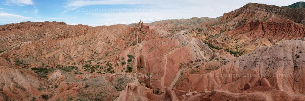 Kirgistan | Panorama der bizarren Felsformationen in Rot- und Orangetönen im Fairytale Canyon.