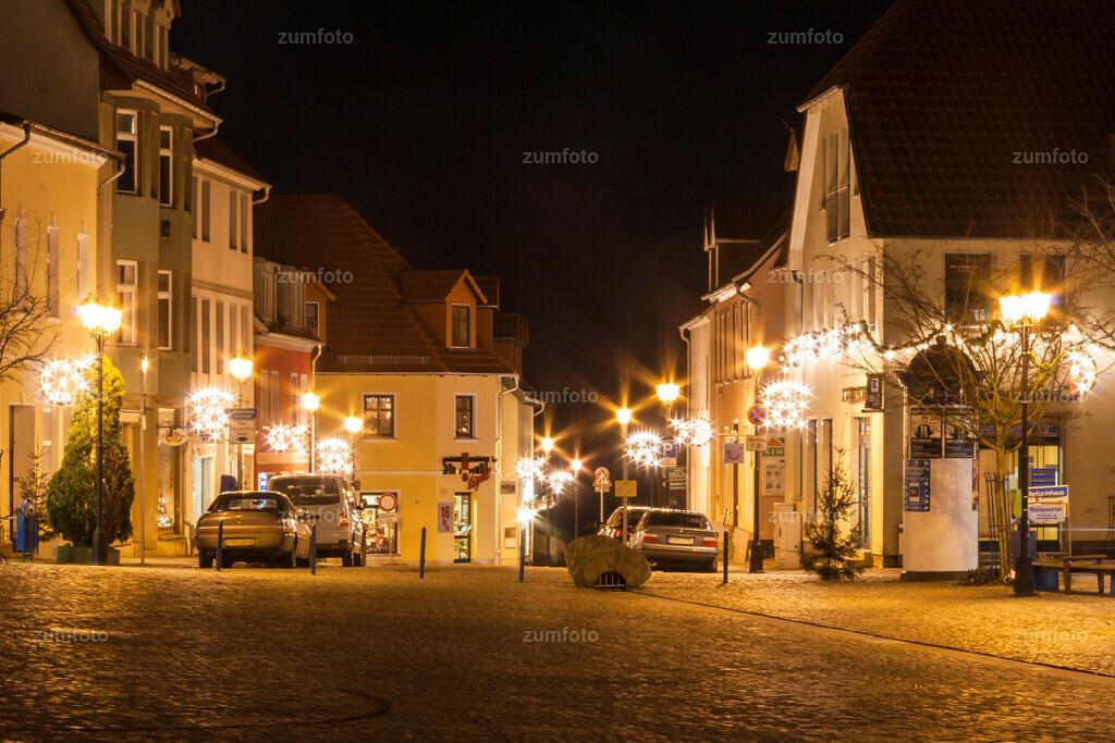 weihnachtlich beleuteter Marktplatz von Waren (Müritz)