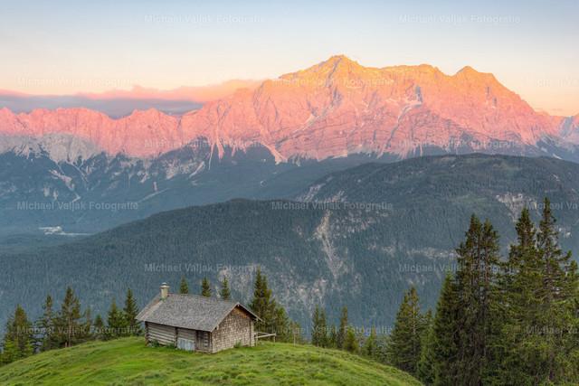 Alpenglühen am Wettersteingebirge | Blick von der Schellalm zum Wettersteingebirge an einem Sommerabend.
