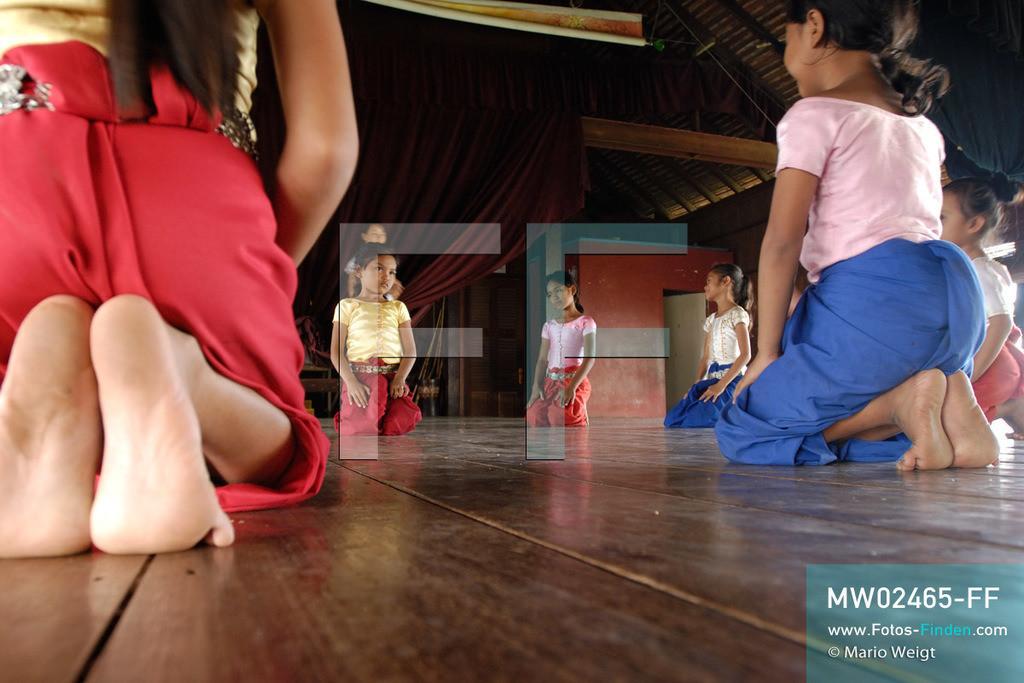 MW02465-FF | Kambodscha | Phnom Penh | Reportage: Apsara-Tanz | Schülerinnen lernen in einer Tanzschule den Apsara-Tanz. Sechs Jahre dauert es mindestens, bis der klassische Apsara-Tanz perfekt beherrscht wird. Kambodschas wichtigstes Kulturgut ist der Apsara-Tanz. Im 12. Jahrhundert gerieten schon die Gottkönige beim Tanz der Himmelsnymphen ins Schwärmen. In zahlreichen Steinreliefs wurden die Apsara-Tänzerinnen in der Tempelanlage Angkor Wat verewigt.   ** Feindaten bitte anfragen bei Mario Weigt Photography, info@asia-stories.com **