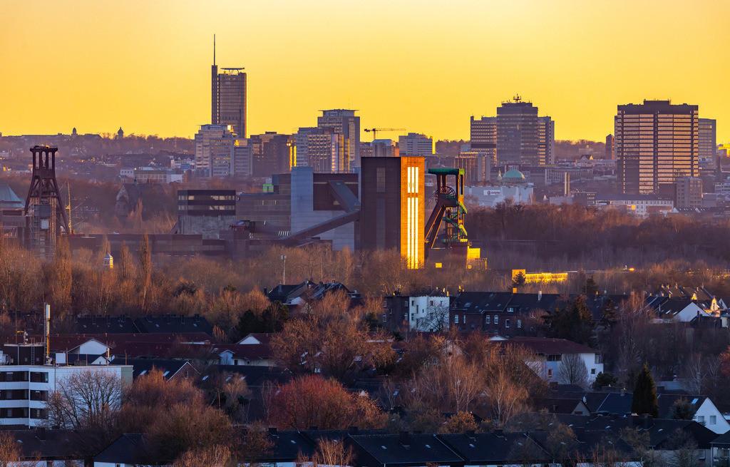 JT-190215-006 | Skyline von Essen, vorne die Zeche Zollverein, Weltkulturerbe, dahinter die Hochhäuser der Innenstadt, mit dem Rathaus, rechts, RWE Tower, links,