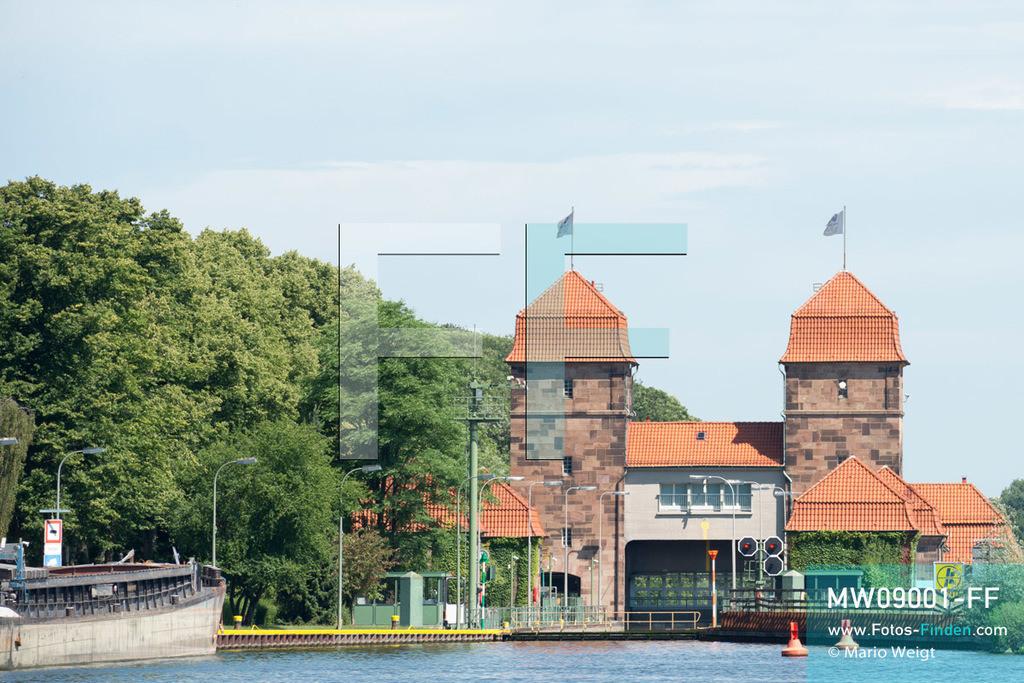 MW09001-FF | Deutschland | Nordrhein-Westfalen | Minden | Reportage: Reise entlang der Weser | Die Schachtschleuse nahe Mittellandkanal und Weser wurde zwischen 1911 und 1914 gebaut. Der 325 km lange Mittellandkanal verbindet den Elbe-Havel-Kanal und den Dortmund-Ems-Kanal, und ist die längste künstliche Wasserstraße Deutschlands. Die Weser entsteht durch den Zusammenfluss der Fulda und der Werra in Hannoversch Münden. Nach 452 km mündet der fünftlängste Fluss Deutschlands in die Nordsee.  ** Feindaten bitte anfragen bei Mario Weigt Photography, info@asia-stories.com **