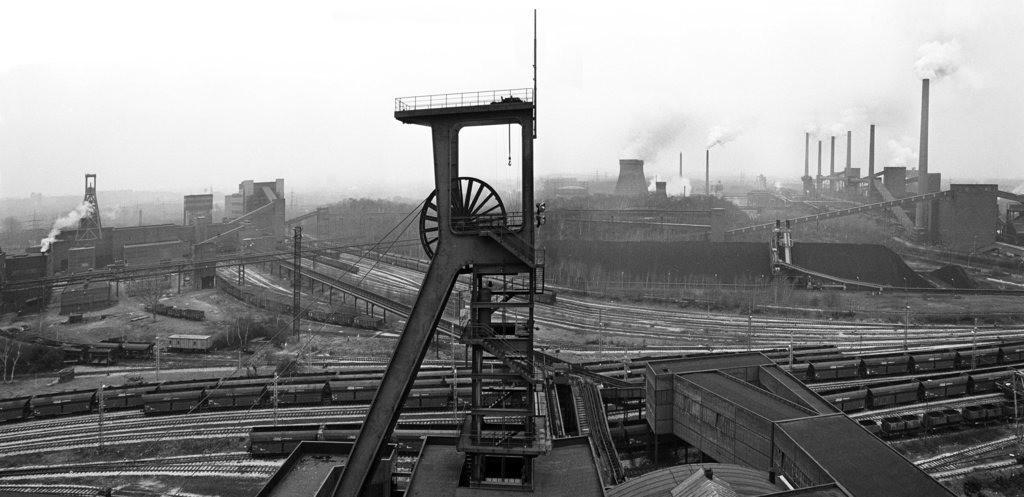 JT-141113-2224 | Welterbe Zeche Zollverein, Panorama auf Fördergerüst Schacht 1, links Doppelbock Schacht 12, rechts die Kokerei, Foto vom 14.12.1987, die Zeche war genau 1 Jahr geschlossen, die Kokerei arbeitete noch bis 1993