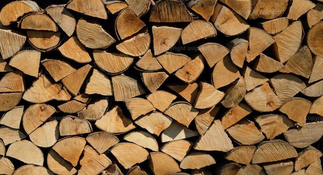 Holzvorrat | Sauber gestapeltes Scheitholz als Brennvorrat für den Winter