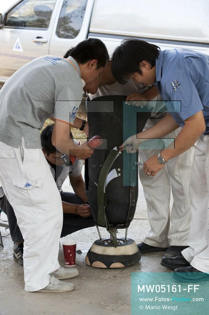 MW05161-FF   Thailand   Lampang   Reportage: Krankenhaus für Elefanten   Mitarbeiter von Prostheses Foundation modifizieren die neue Beinprothese für die Elefantenkuh Motala.     ** Feindaten bitte anfragen bei Mario Weigt Photography, info@asia-stories.com **