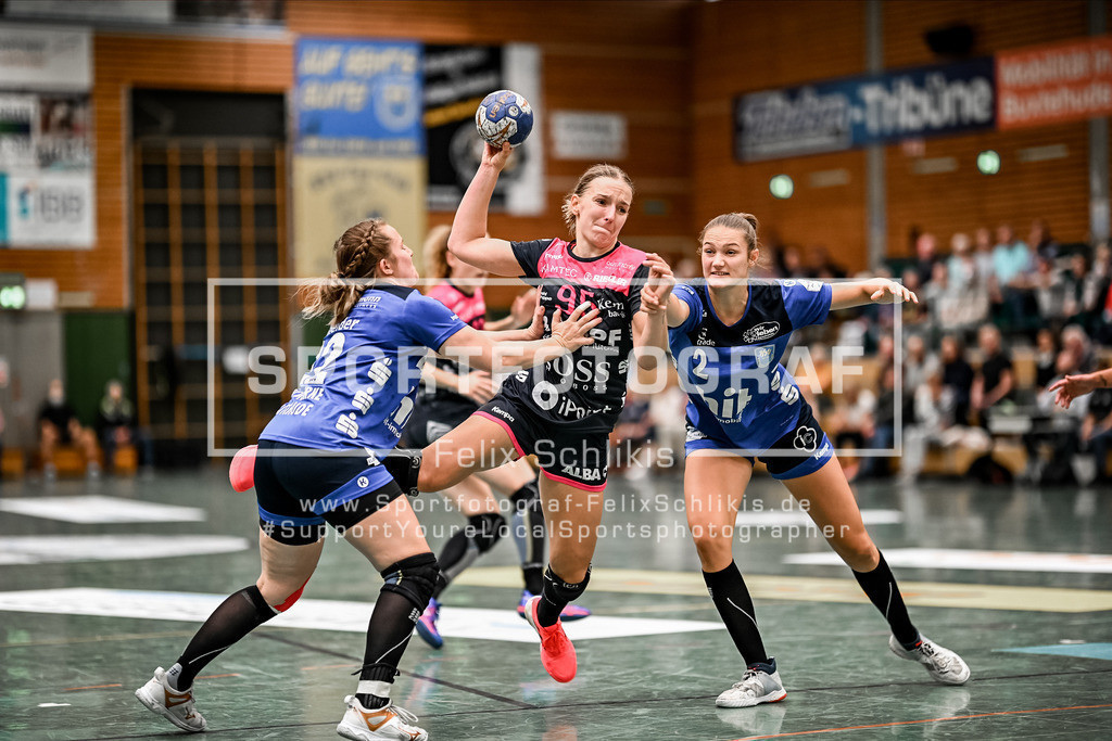 Handball I 1. HBF I Buxtehuder SV - TuS Metzingen 19.09.2020_00053 | Wurf Dorina Korsos (#95, TuS Metzingen), Lynn Schneider (#22, Buxtehuder Sportverein) und Liv Suechting (#2, Buxtehuder Sportverein) versuchen das zu verhindern; 1. HBF I Buxtehuder SV - TuS Metzingen am 19.09.2020 in Buxtehude  (Sporthalle Kurt-Schuhmacher Strasse), Deutschland