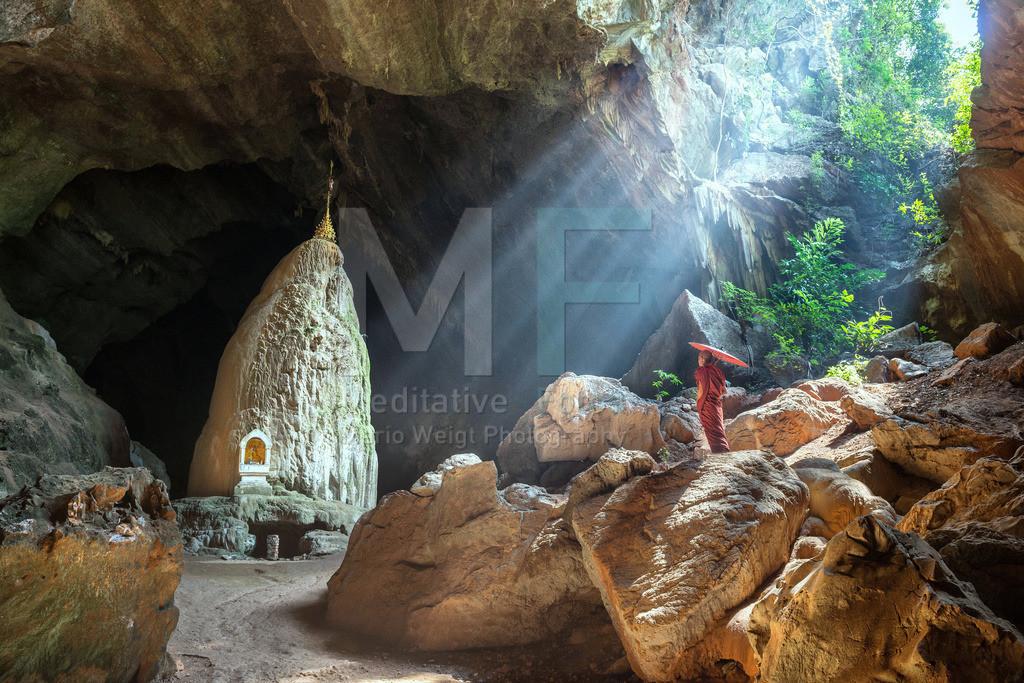 MW0115-4277 | Fotoserie: DER ROTE SCHIRM | Mönch in der Saddan-Höhle in Myanmar