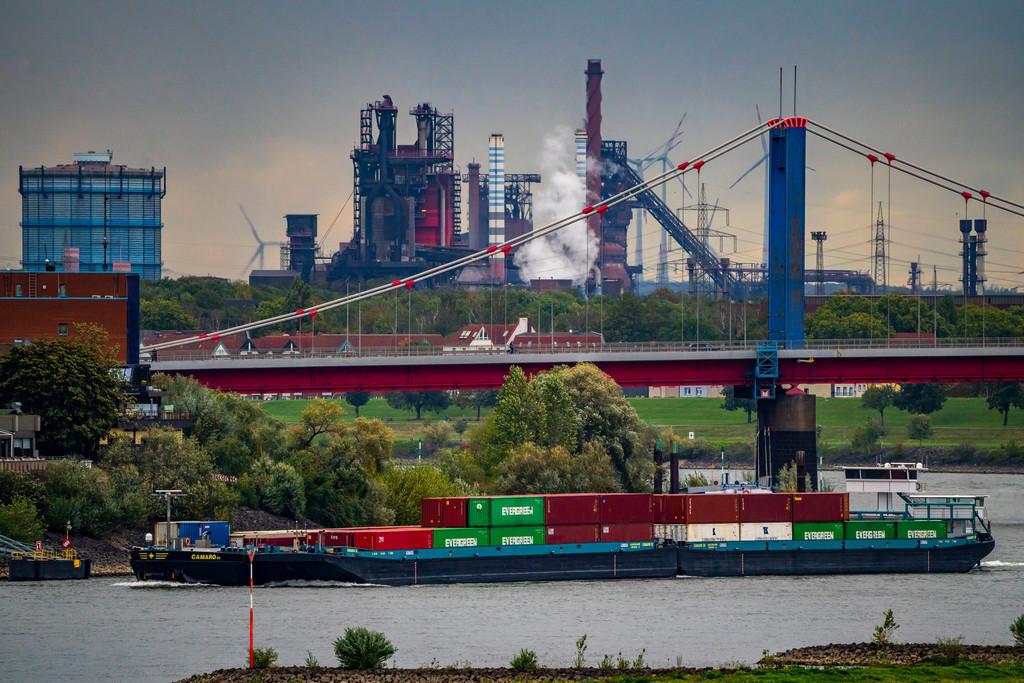 JT-201004 | Rhein bei Duisburg, Ufer bei Duisburg-Homberg, dahinter das Thyssenkrupp Stahlwerk in Duisburg-Bruckhausen,  Hochöfen 8 und 9, Friedrich-Ebert-Brücke, Duisburg, NRW, Deutschland,