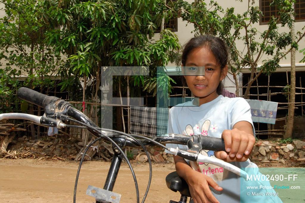 MW02490-FF   Kambodscha   Phnom Penh   Reportage: Apsara-Tanz   Tanzschülerin Sivtoi fährt in ihrer Freizeit gern Rad. Sie lernt den Apsara-Tanz. Sechs Jahre dauert es mindestens, bis der klassische Apsara-Tanz perfekt beherrscht wird. Kambodschas wichtigstes Kulturgut ist der Apsara-Tanz. Im 12. Jahrhundert gerieten schon die Gottkönige beim Tanz der Himmelsnymphen ins Schwärmen. In zahlreichen Steinreliefs wurden die Apsara-Tänzerinnen in der Tempelanlage Angkor Wat verewigt.   ** Feindaten bitte anfragen bei Mario Weigt Photography, info@asia-stories.com **