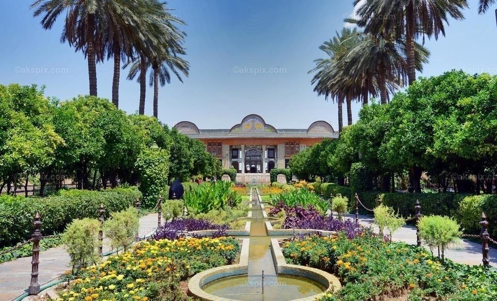 Bagh-e Naranjestan   Der Bagh-e Narandschestan (persisch باغ نارنجستان قوام Bagh-e Narandschestan-e Ghavam, DMG bāġ-e nāranǧestān-e qavām) ist die kleinste Gartenanlage in Schiras. Wie der persische Name verrät, handelt es sich um einen Orangengarten. Im Garten befindet sich der Narandschestan-e Ghavam-Pavillon.  Die Geschichte des Orangengartens geht auf die Regierungszeit des Kadscharenkönigs Naser ad-Din Schah zurück. Der Bau wurde im Jahr 1878 auf Befehl von Ali Mohammad Khan-e Ghavam und seinem Sohn, Mohammad Reza Khan Ghavam, begonnen und 1888 vollendet.  Im Jahr 1965 wurde die Anlage der Pahlavi Universität verliehen. Das im Garten befindliche Bauwerk beherbergte bis 1979 das Asiatische Institut, das unter der Leitung von Arthur Upham Pope stand. Nach der Islamischen Revolution wurde es in ein Museum umgewandelt