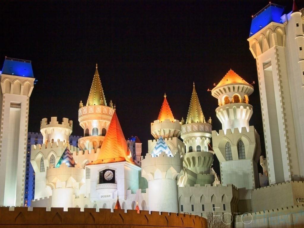 Excalibur, Las Vegas | Hotel Excalibur in Las Vegas. Mittelalterliche Burg mit Türmen und Zugbruecke