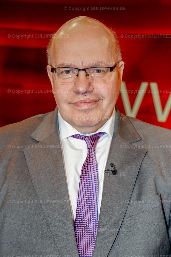 Peter Altmaier - Portrait bei Hart aber fair in Berlin | Peter Altmaier, CDU, Bundesminister für Wirtschaft und Energie im Fernsehstudio bei Hart aber fair im Studio Adlershof in Berlin. Portrait des Politikers.