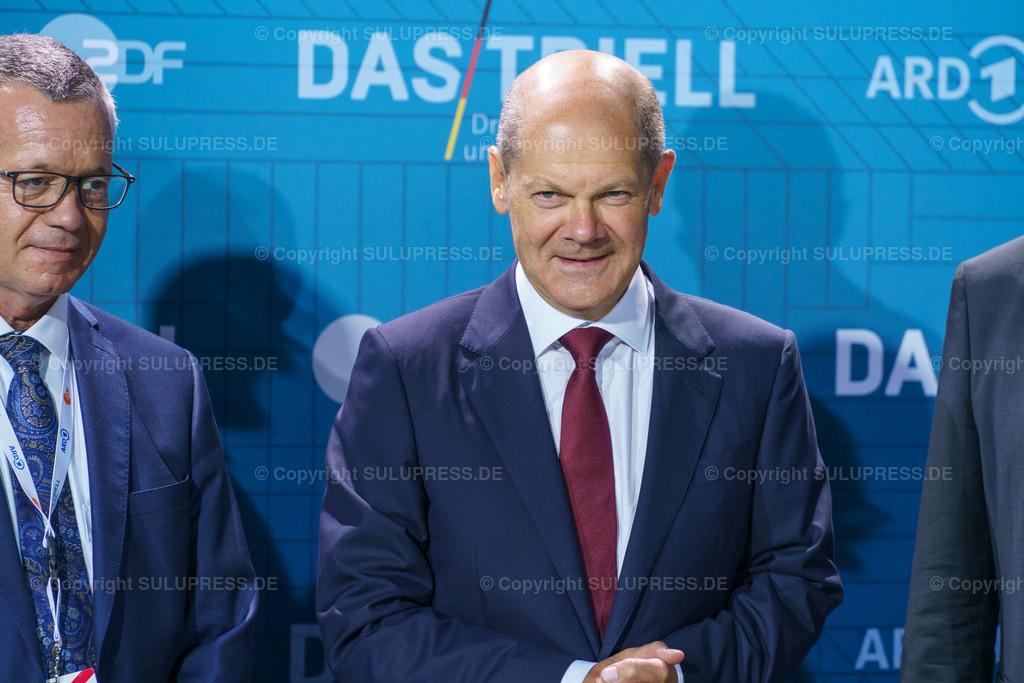 TV-Triell 2021 von ARD und ZDF in Berlin | Berlin, das Pressezentrum zum 2. TV-Triell Dreikampf ums Kanzleramt, dieses Mal von ARD und ZDF. Im Studio Berlin Adlershof, traten die Kanzlerkandidaten und die Kanzlerkandidatin zum zweiten Schlagabtausch an. Unterstützt wurden die drei Kontrahenten von Parteifreunden, weiteren Prominenten und Fans der jeweiligen Lager. Im Bild: Olaf Scholz bei der Ankunft.