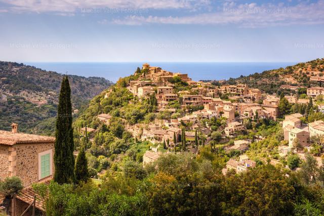 Deià, Mallorca | Das kleine Küstenstädtchen Deià im Nordwesten Mallorcas ist eines der hübschesten Dörfer der Insel. Es wird auch als Künstlerdorf bezeichnet, viele Maler, Schriftsteller und Bildhauer haben sich hier niedergelassen.