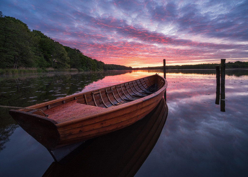 The Old Boat I  | Lebhafter Sonnenaufgang am Bossee