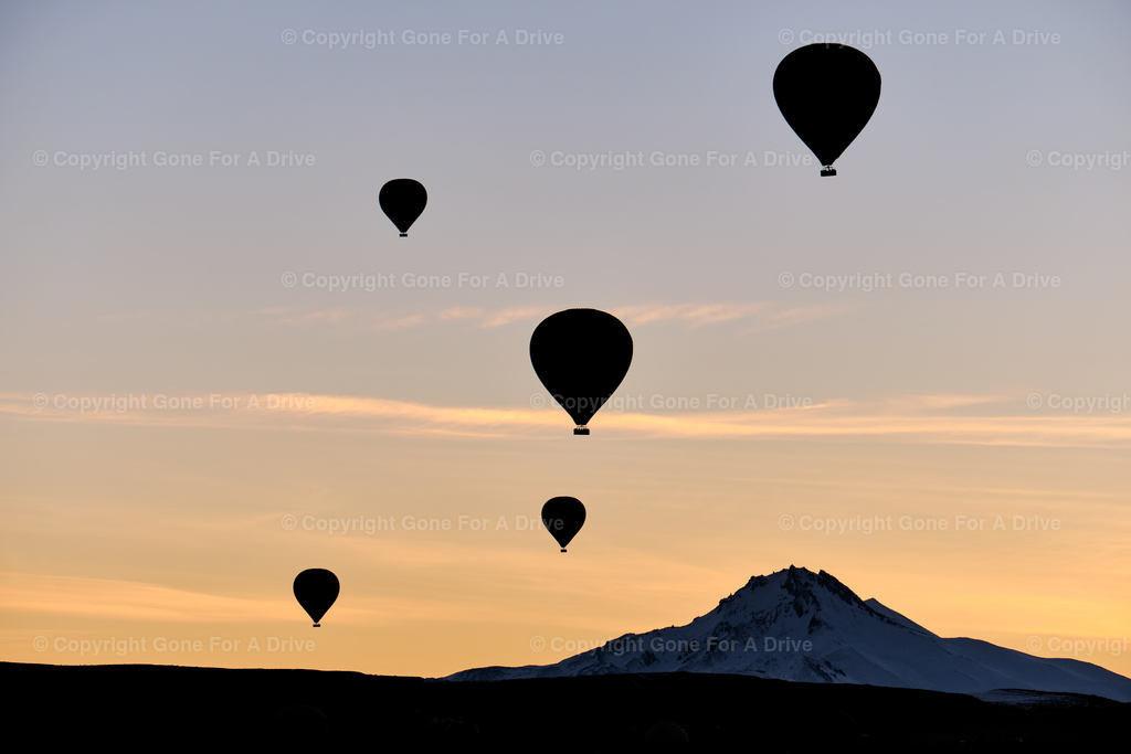 Türkei | Silhoutten von Heißluftballonen über Kappadokien