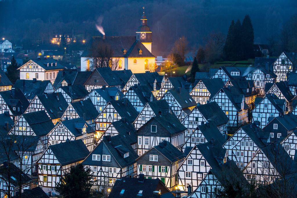 JT-160225-303 | Historische Altstadt von Freudenberg, Alter Flecken, Siegerland, Kreis Siegen-Wittgenstein, Fachwerkhaus Kulisse, evangelische Kirche,