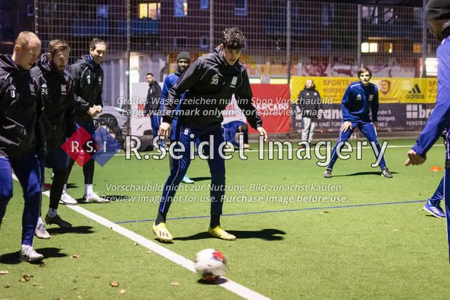 Nach Pandemie- und Winterpause darf der FC Teutonia 05 endlich das Training am Sportplatz Kreuzkirche wieder aufnehmen | Neuzugang Nicolo Mikael Avellino (Innenverteidiger, Teutonia) zusammen mit seinen neuen Mitspielern